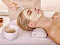 Maschera facciale dell'argilla nella stazione termale di bellezza Fotografia Stock
