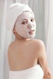 Maschera facciale per la giovane signora alla stazione termale Fotografia Stock Libera da Diritti