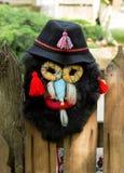 Maschera fatta a mano tradizionale appesa su un recinto Immagine Stock