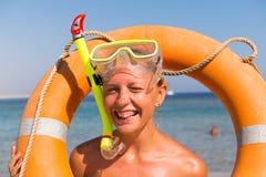 Maschera navigante usando una presa d'aria d'uso della donna allegra Fotografia Stock