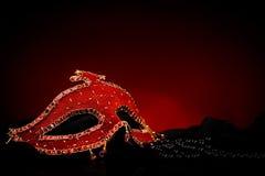 Maschera rossa vicino alle perle nere fotografia stock libera da diritti