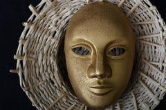 Maschera teatrale bianca che sta su un buio Immagine Stock