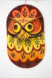Maschera variopinta del gufo che appende sulla parete dell'istituto di arte Immagine Stock Libera da Diritti