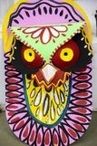Maschera variopinta del gufo che appende sulla parete dell'istituto di arte Immagine Stock
