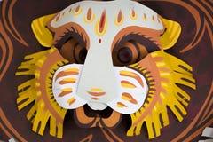 Maschera variopinta del leone che fa sulla carta Fotografia Stock Libera da Diritti