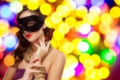 Maschera veneziana d'uso di carnevale di travestimento della donna di modello di bellezza al partito immagini stock