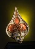 Maschera veneziana di Beuaty su fondo nero e giallo Fotografie Stock Libere da Diritti