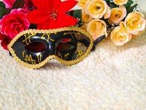 Maschera veneziana nera con le decorazioni dell'oro immagini stock