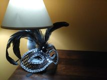 Maschera veneziana nera sulla tavola fotografie stock libere da diritti