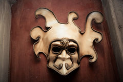 Maschera veneziana su una parete marrone Fotografia Stock