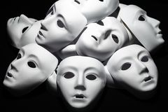 Maschere bianche del teatro su fondo nero Estratto fotografie stock