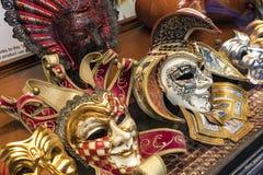 Maschere Colourful nello shopwindow Fotografia Stock