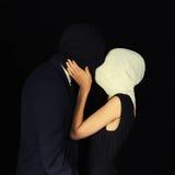 Maschere d'uso della donna e dell'uomo immagine stock