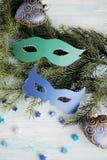 Maschere di carnevale sul ramo dell'albero di Natale Fotografie Stock