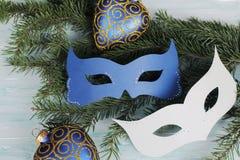 Maschere di carnevale sul ramo dell'albero di Natale Fotografie Stock Libere da Diritti