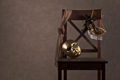 Maschere sulla sedia di legno Fotografia Stock Libera da Diritti