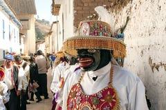 Maschere tradizionali di festival che appendono su una parete dal festival religioso di Paucartambo di Virgen del Carmen fotografie stock