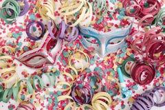 Maschere veneziane con i coriandoli immagini stock