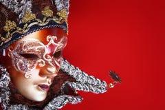 Mascherina decorata di carnevale su priorità bassa rossa Fotografie Stock Libere da Diritti