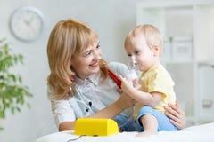 Mascherina dell'inalatore della holding del medico per il bambino che respira Fotografia Stock Libera da Diritti