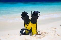 Mascherina di immersione subacquea con le alette sulla spiaggia Fotografie Stock Libere da Diritti