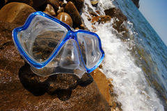 Mascherina di immersione subacquea su una spiaggia Immagini Stock Libere da Diritti