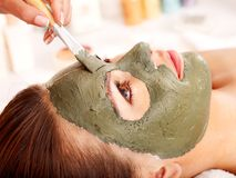 Mascherina facciale dell'argilla nella stazione termale di bellezza. Immagini Stock