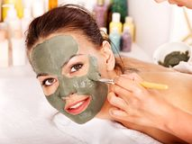 Mascherina facciale dell'argilla nella stazione termale di bellezza. Immagine Stock