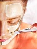 Mascherina facciale dell'argilla nella stazione termale di bellezza. Fotografia Stock