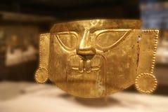 Mascherina funeraria peruviana, oro martellato dal Perù Fotografia Stock