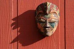 Mascherina tradizionale su colore rosso Fotografie Stock Libere da Diritti