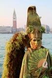 Mascherina verde di angelo con le ali messe le piume a Immagine Stock
