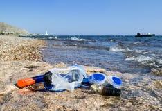 Mascherine naviganti usando una presa d'aria su una spiaggia della barriera corallina, Eilat, Fotografia Stock