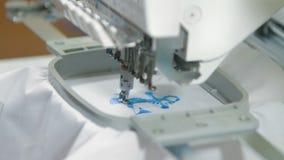 Maschine, die auf dem Hemd stickt stock video footage