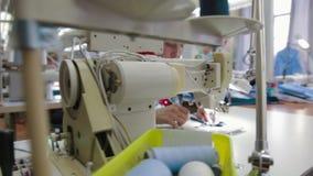 Maschine, die den nähenden Schneider arbeitet mit Gewebe zieht stock footage