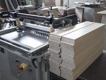 Maschine für additive Platten für Möbelherstellung Maschine für bohrende Platten der Spanplatte im Möbel manufactur Lizenzfreie Stockfotos