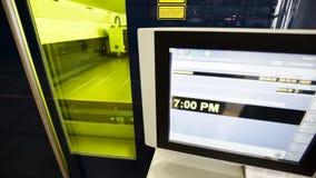Maschine für automatischen Laser-Ausschnitt des Metalls stock video footage