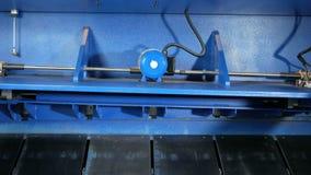 Maschine für den Schnitt des Blechs Große hydraulische Tafelschere Hintere Ansicht: viele beweglichen Teile stock video