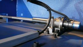 Maschine für den Schnitt des Blechs Große hydraulische Tafelschere Hintere Ansicht: viele beweglichen Teile stock footage