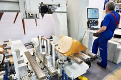 Maschine für Fertigung von Stühlen und von Arbeitskraft lizenzfreie stockfotografie