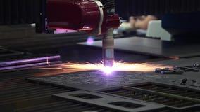 Maschine für konstanten Metalllaser-Ausschnitt stock footage