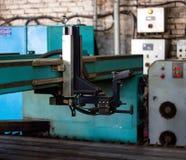 Maschine für modernen Plasmalaser-Ausschnitt des Metalls, den Schnitt des Metalls durch Plasma und Laser, automatisiert stockfotos