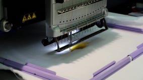 Maschine für Stickereitextilmuster stock video footage
