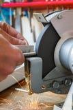 Maschinelle Bearbeitung des Bolzens auf der Schleifmaschine Lizenzfreie Stockfotografie