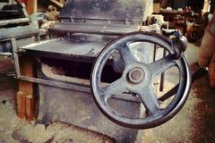 Maschinen in der alten Schreinerei Stockbilder
