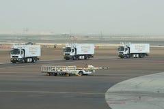 Maschinen der Fluglinie Etihad Airways wird nach dem Laden der Flugzeuge zurückgebracht Abu Dhabi Airport Stockbilder