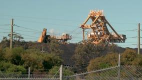 Maschinen-Ladenkohle der Kohle schaufelnde von einem speichernden Feld stock video