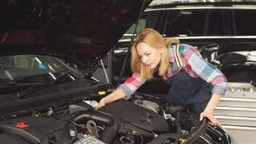 Maschinen neigen Überwachung Nette Blondine, die lernt, das Auto zu reparieren stock video footage