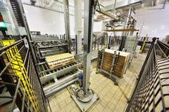 Maschinen packten Milchflaschen an der Anlage Stockfoto