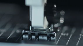 Maschinen-Teil Detail der Nähmaschine an der Textilfabrik Industrielle Ausrüstung stock video
